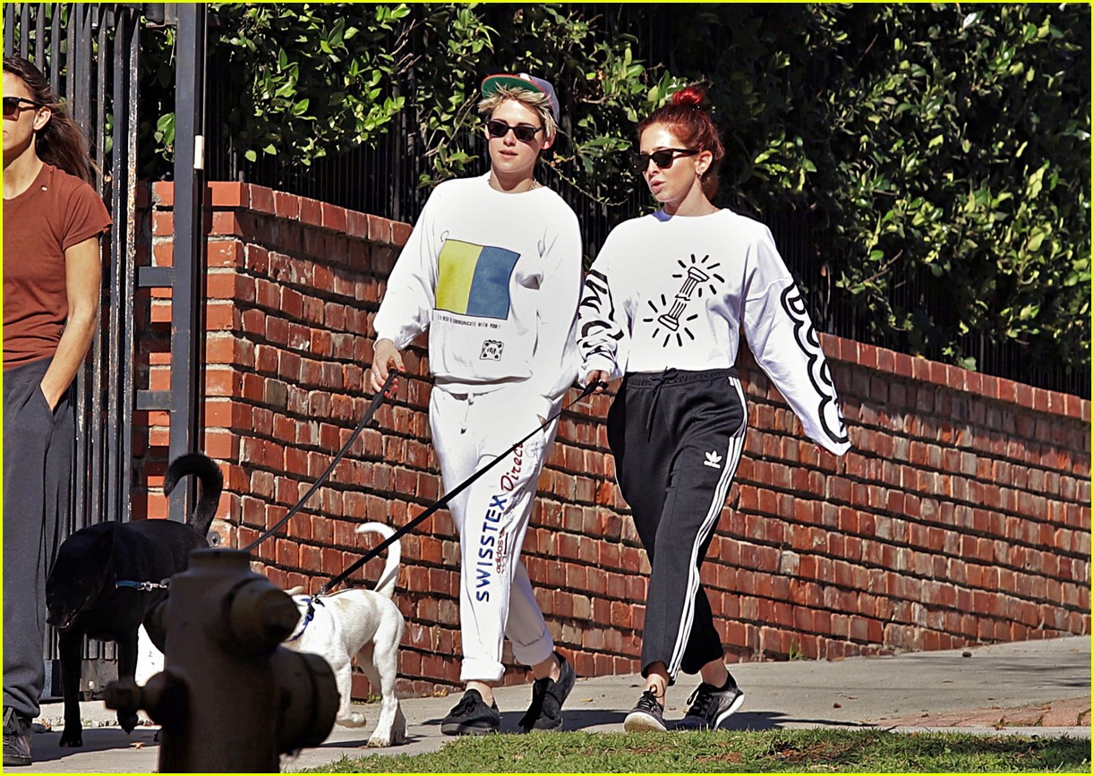 kristen stewart and sara dinkin kiss on their way to workout class 044210304