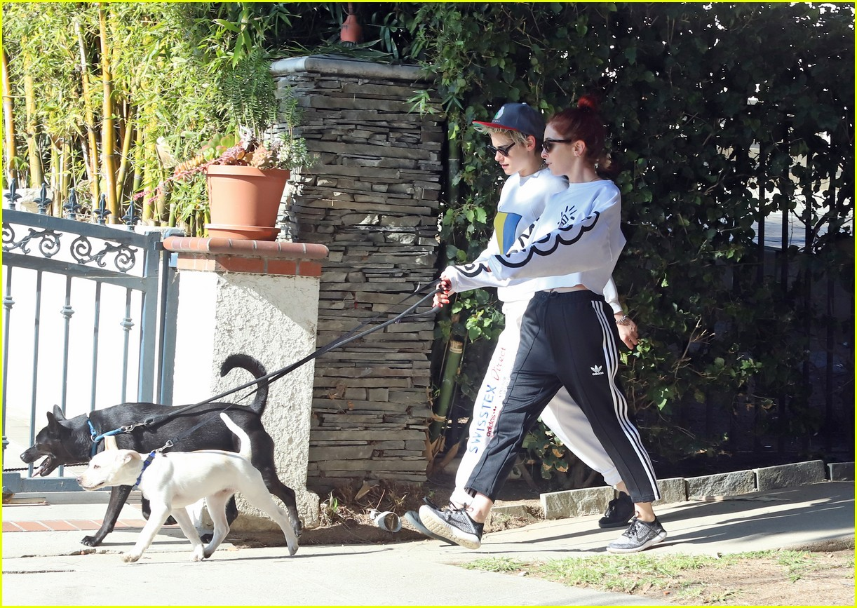kristen stewart and sara dinkin kiss on their way to workout class 054210305