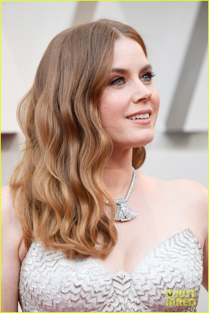 Amy Adams Walks Oscars...