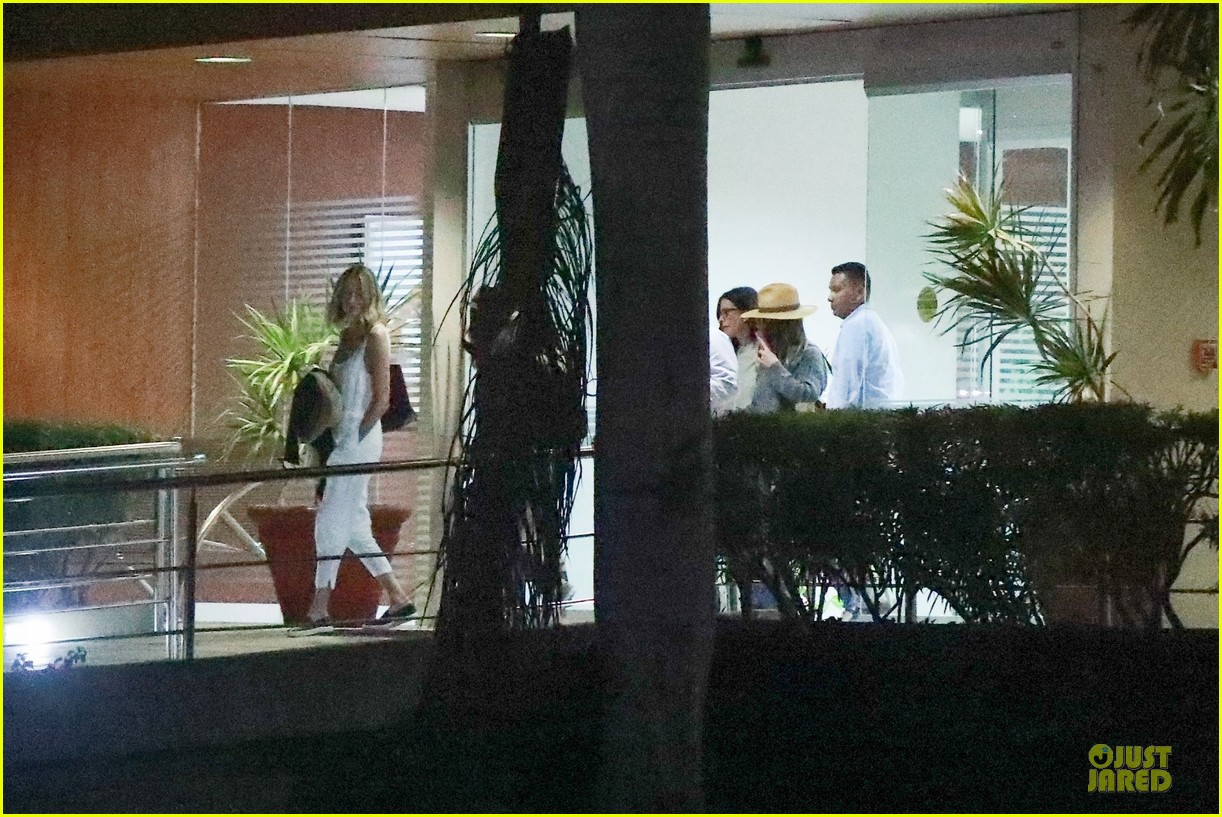 jennifer aniston courteney cox arrive in cabo 084239749