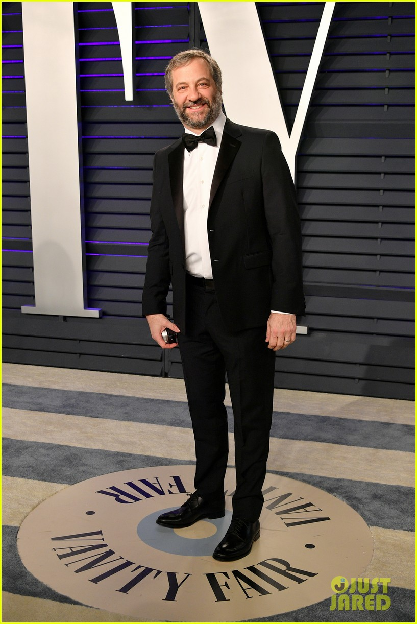 judd apatow snaps photos of leslie mann at vanity fairs oscars 2019 party 124246072