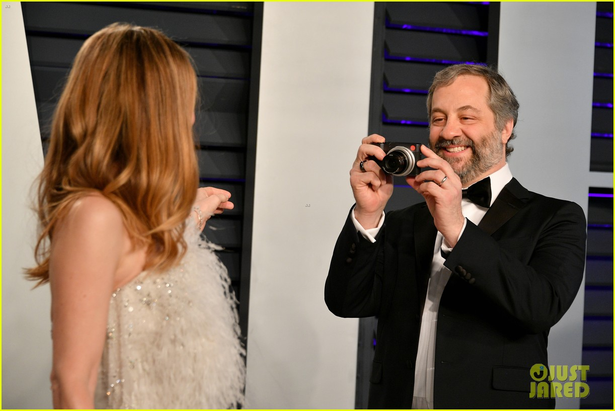 judd apatow snaps photos of leslie mann at vanity fairs oscars 2019 party 164246076
