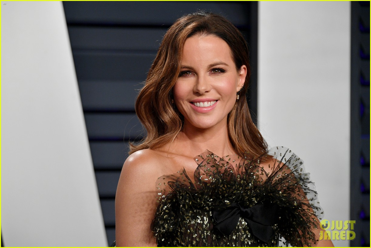 kate beckinsale steps out solo for vanity fairs oscars party 014247120