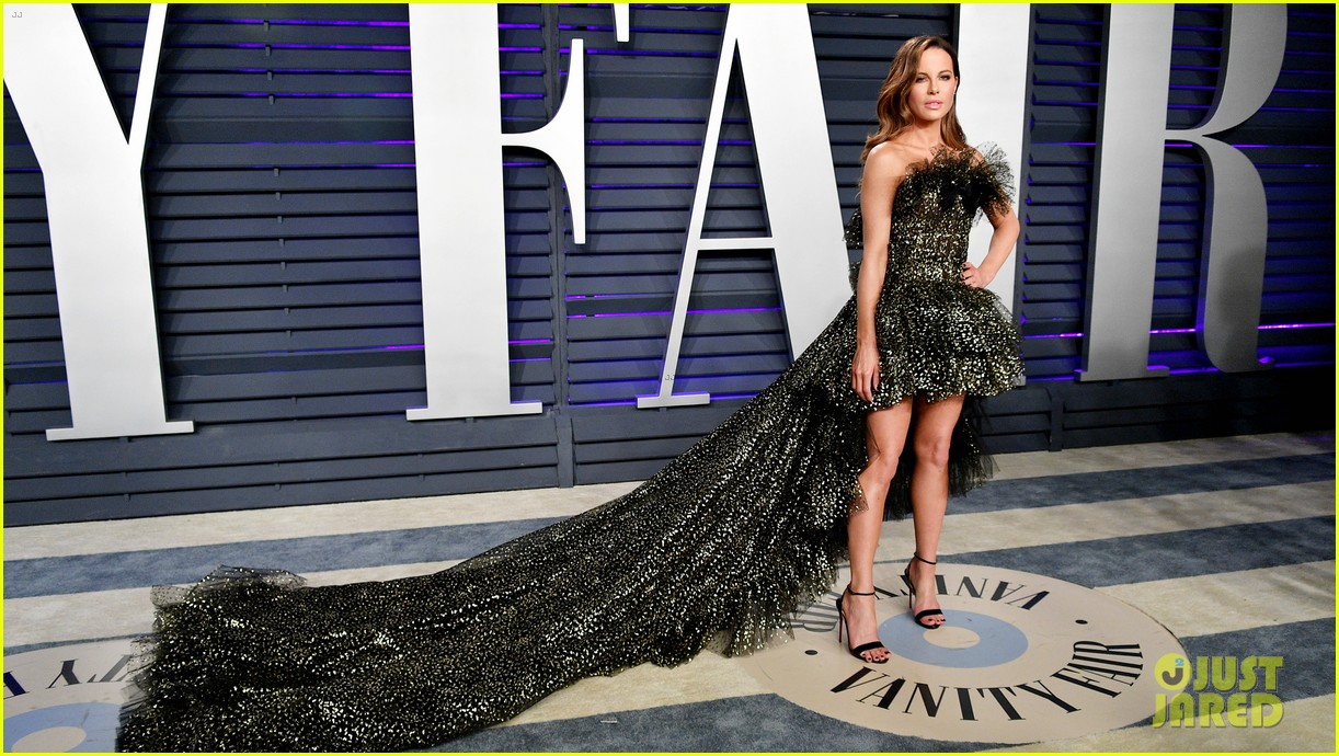 kate beckinsale steps out solo for vanity fairs oscars party 034247122