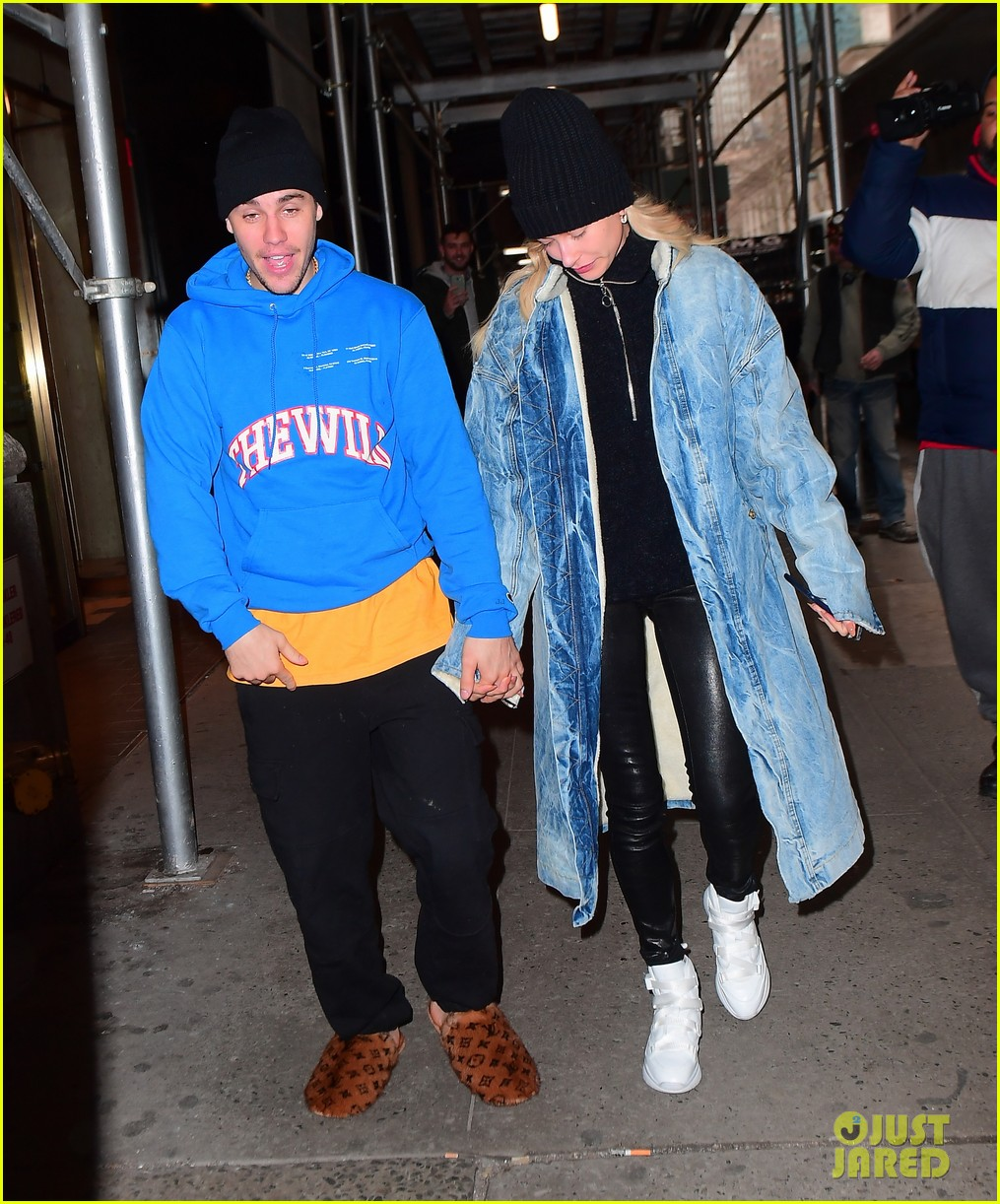 justin bieber shows off his louis vuitton slippers while out with hailey 06