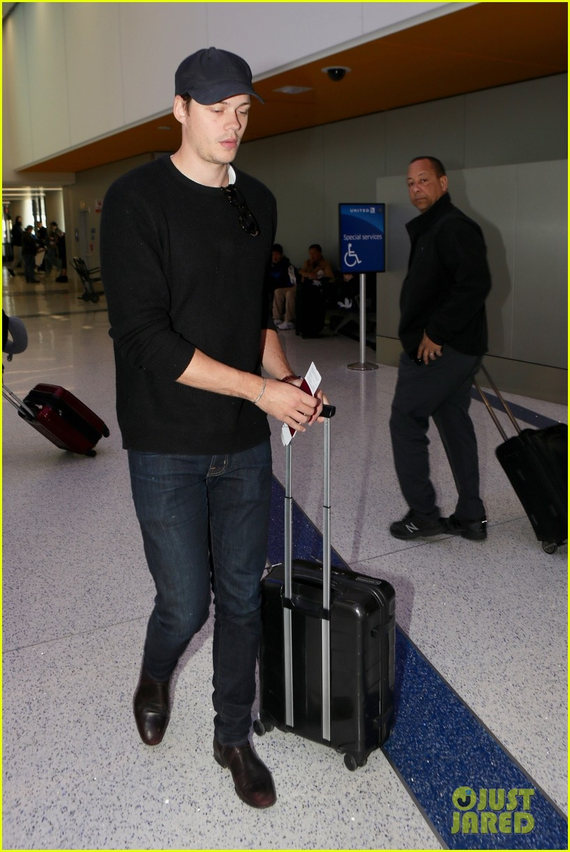 bill skarsgard at airport 014240598