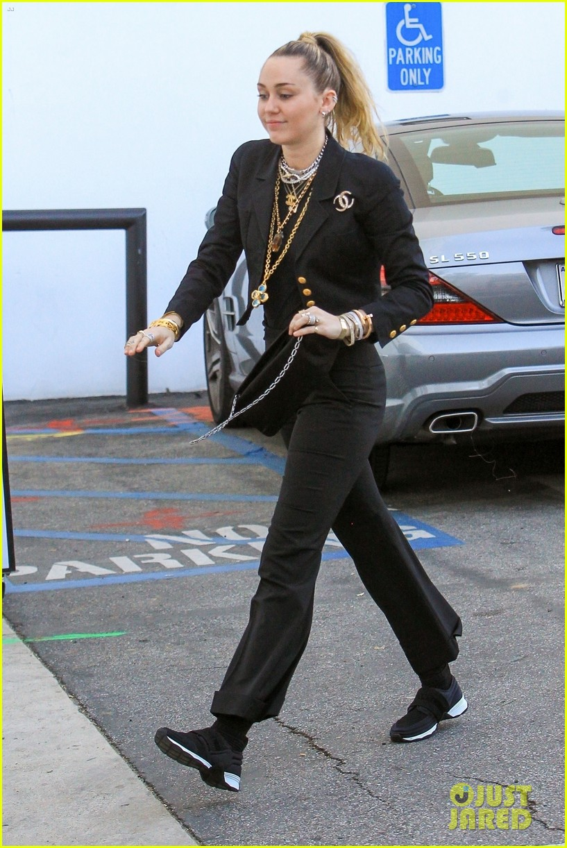 miley cyrus steps out to do some shopping in la 034244072