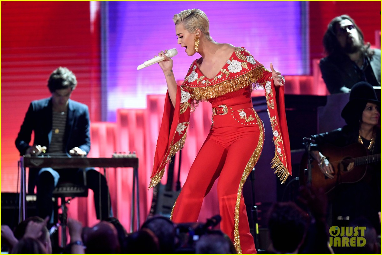 miley cyrus katy perry pay tribute to dolly parton at grammys 024236472
