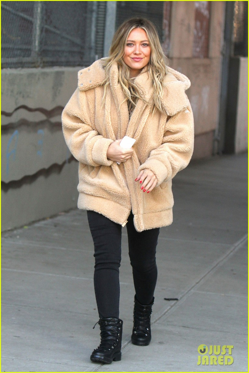 hilary duff films scenes for younger season 6 in new york city 054248109
