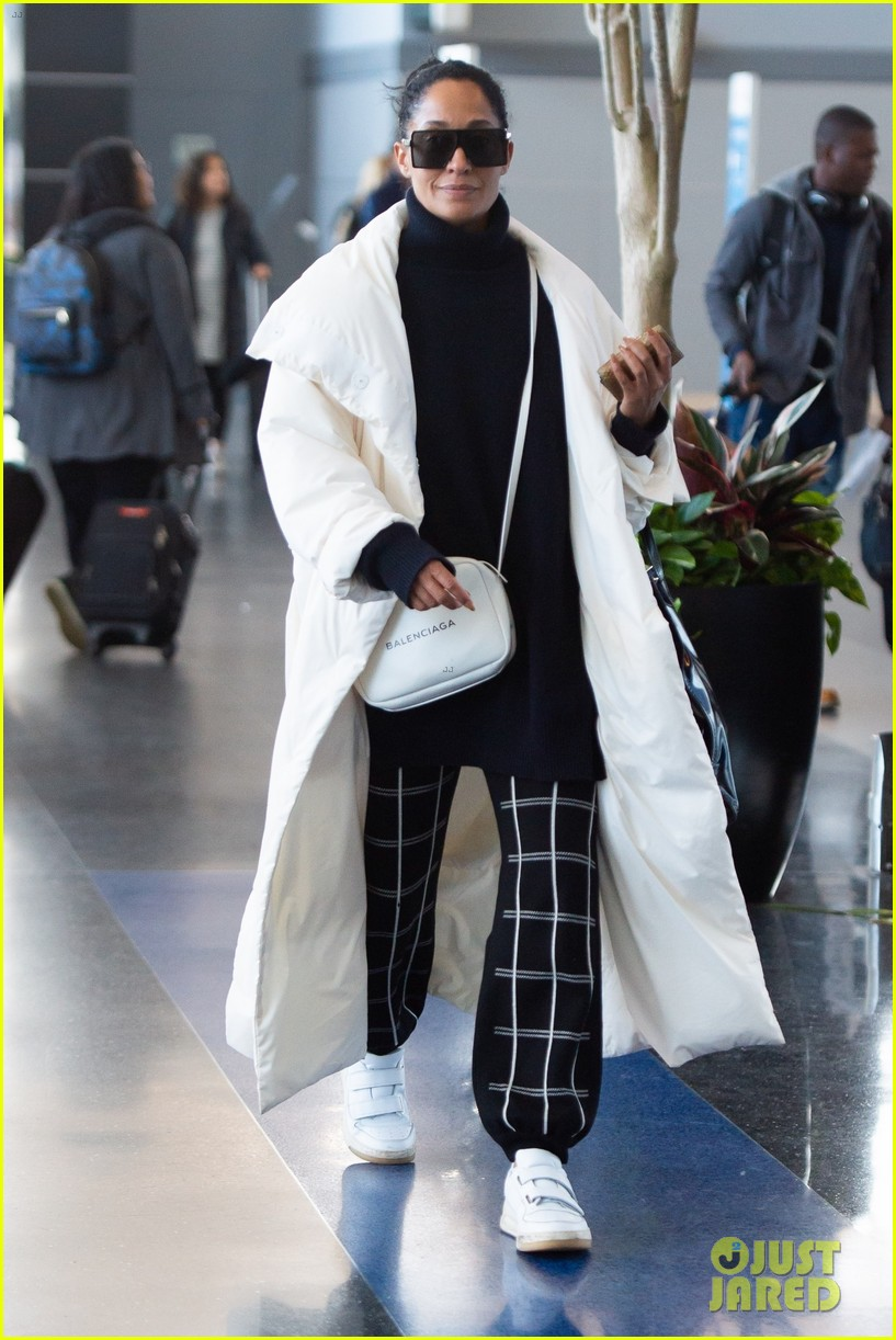 tracee ellis ross jets out of nyc in style 03