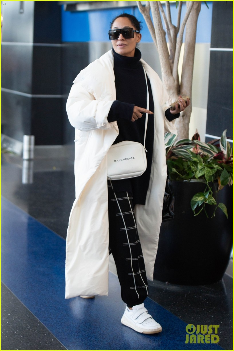 tracee ellis ross jets out of nyc in style 05