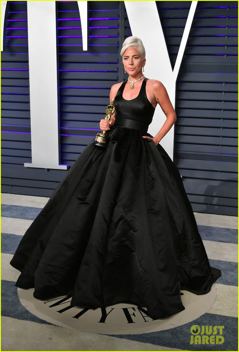 Lady Gaga Kisses Her Oscar Statue At Vanity Fair Oscars Party Photo 4246574 2019 Oscars Parties Lady Gaga Pictures Just Jared