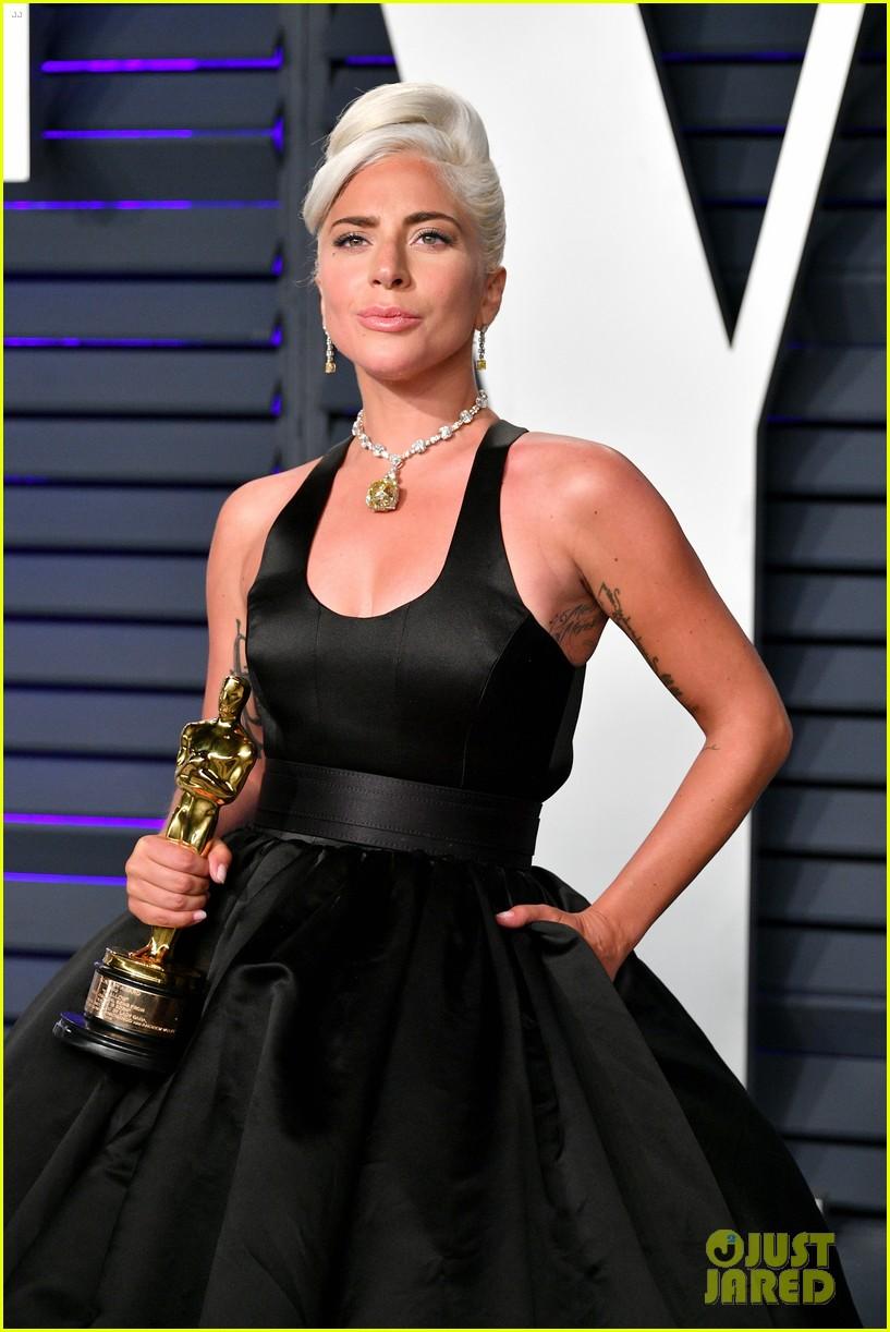 Lady Gaga Kisses Her Oscar Statue At Vanity Fair Oscars Party Photo 4246578 2019 Oscars
