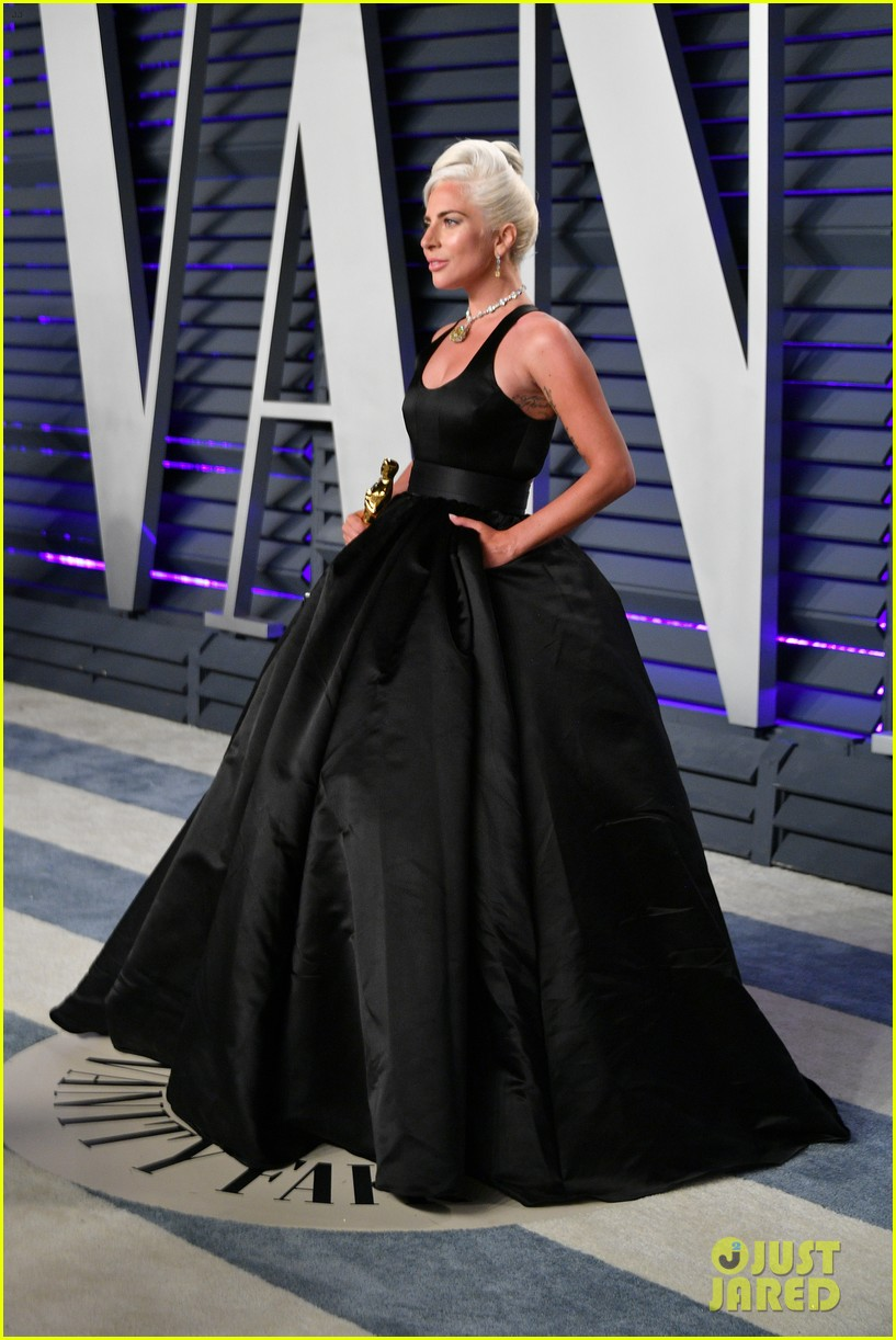 Lady Gaga Kisses Her Oscar Statue At Vanity Fair Oscars Party Photo 4246579 2019 Oscars Parties Lady Gaga Pictures Just Jared