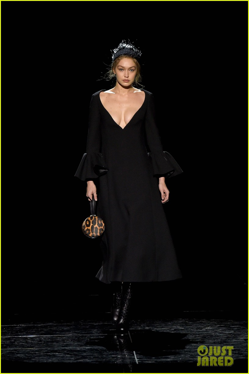 gigi hadid christy turlington karlie kloss walk marc jacobs nyfw show 01