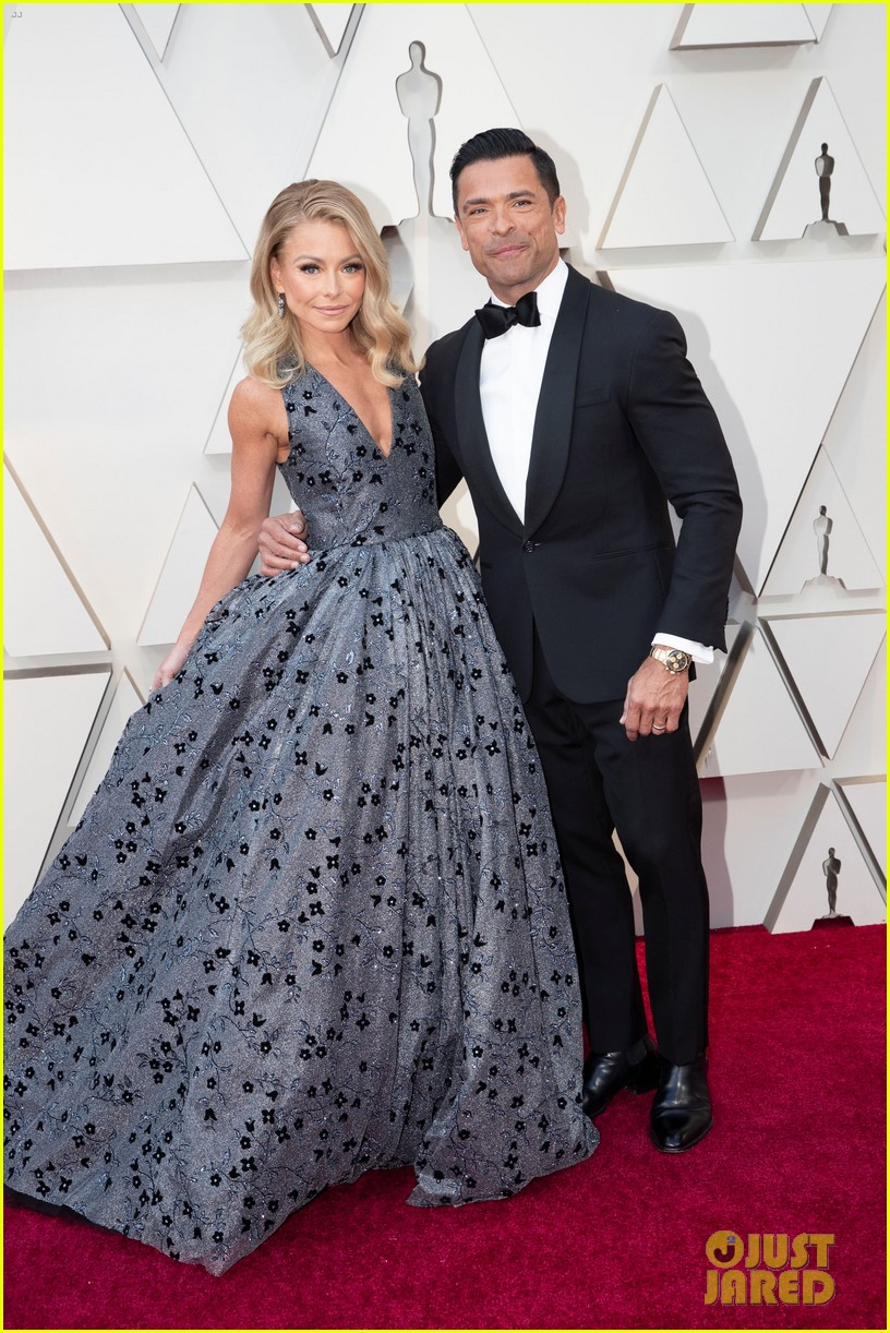 Kelly Ripa Hits Oscars 2019 Red Carpet With Husband Mark