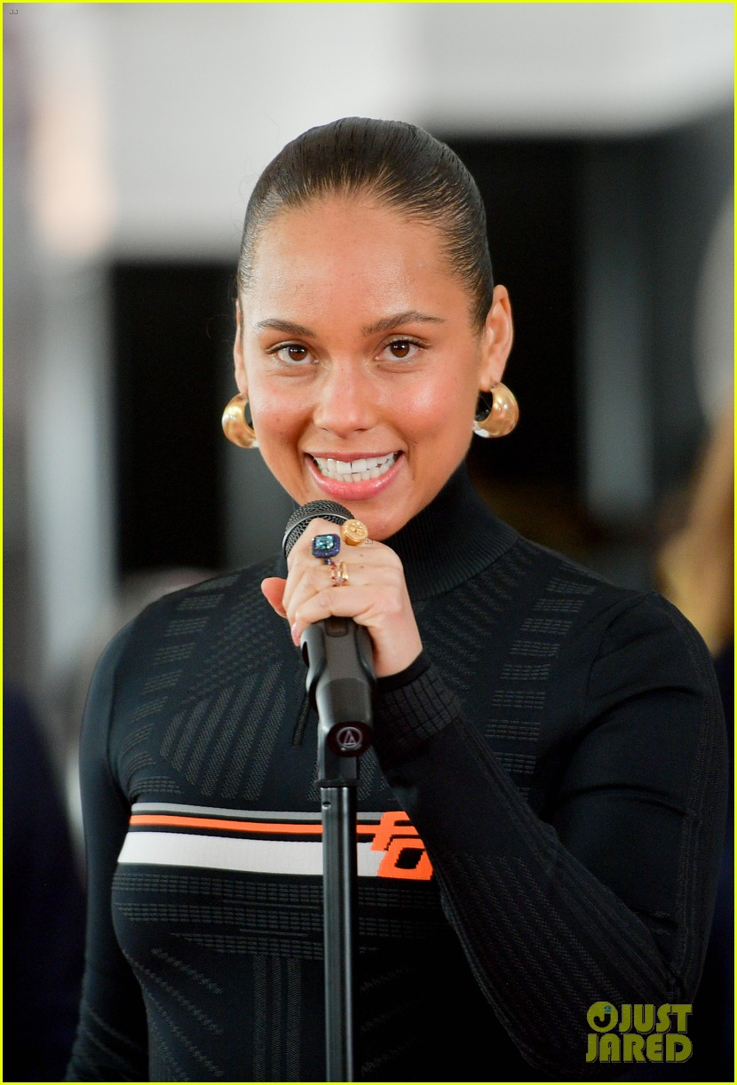 alicia keys rolls out grammys red carpet 024225300