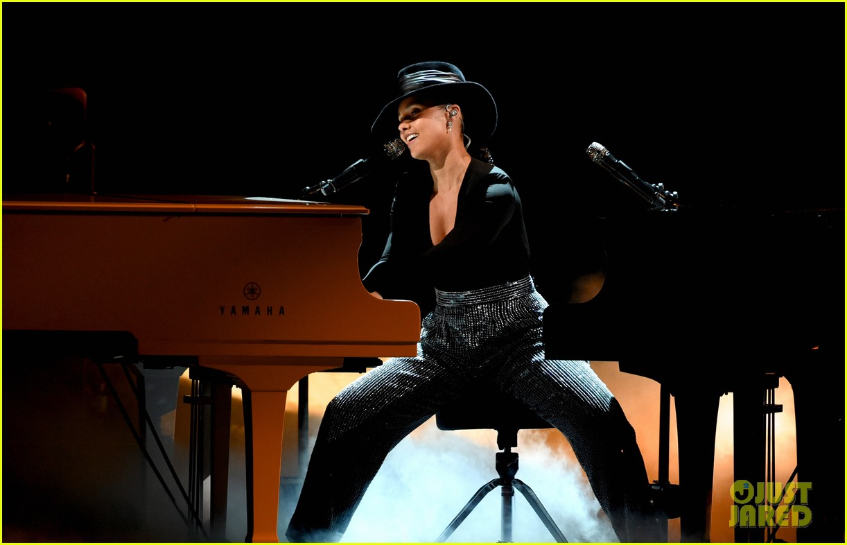 alicia keys plays songs she wishes she wrote on two pianos at once at grammys 2019 034236601