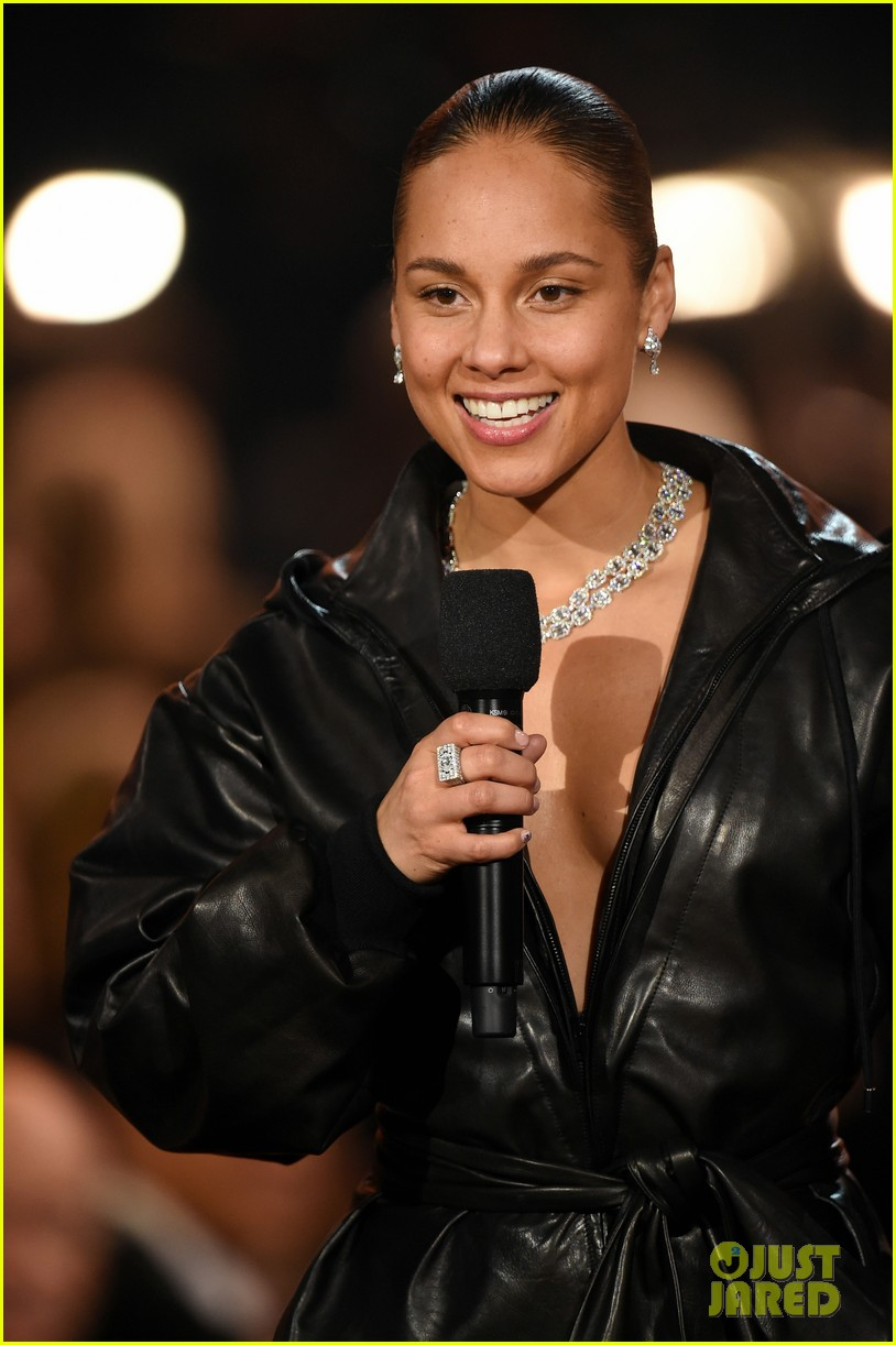 alicia keys plays songs she wishes she wrote on two pianos at once at grammys 2019 044236602