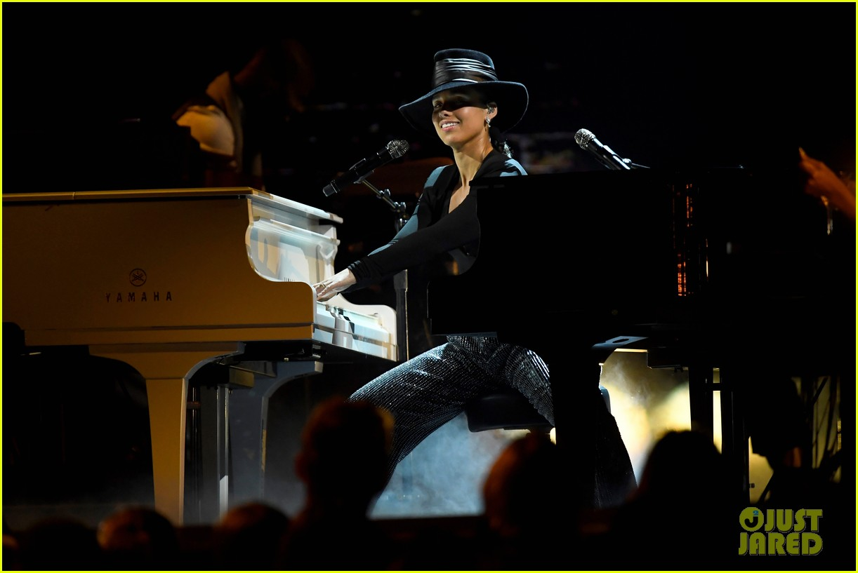 alicia keys plays songs she wishes she wrote on two pianos at once at grammys 2019 054236603
