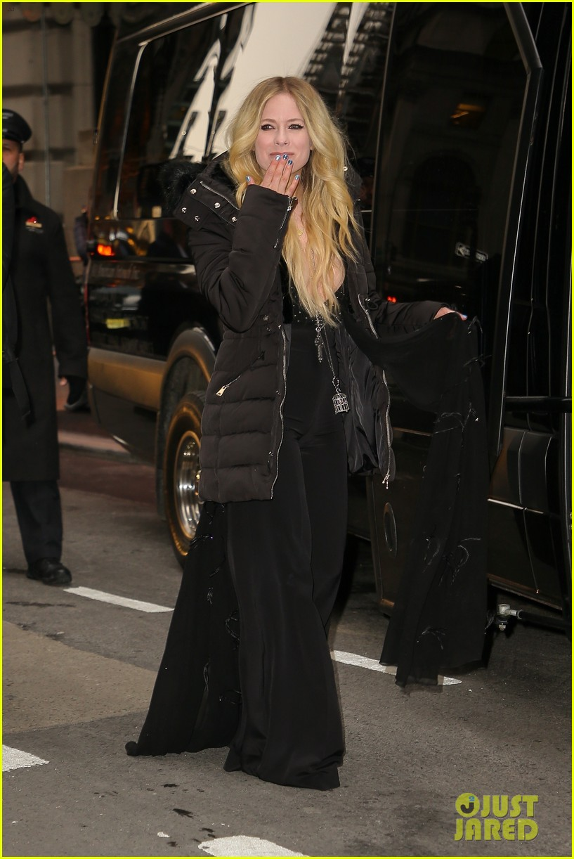 avril lavigne perfroms head above water for tonight show 01