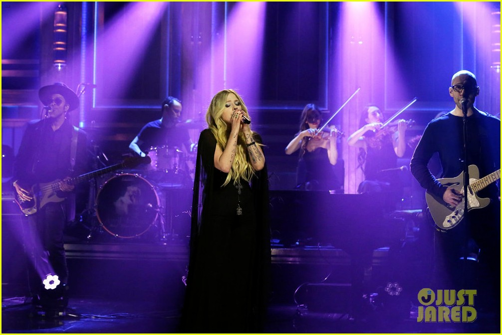 avril lavigne perfroms head above water for tonight show 02
