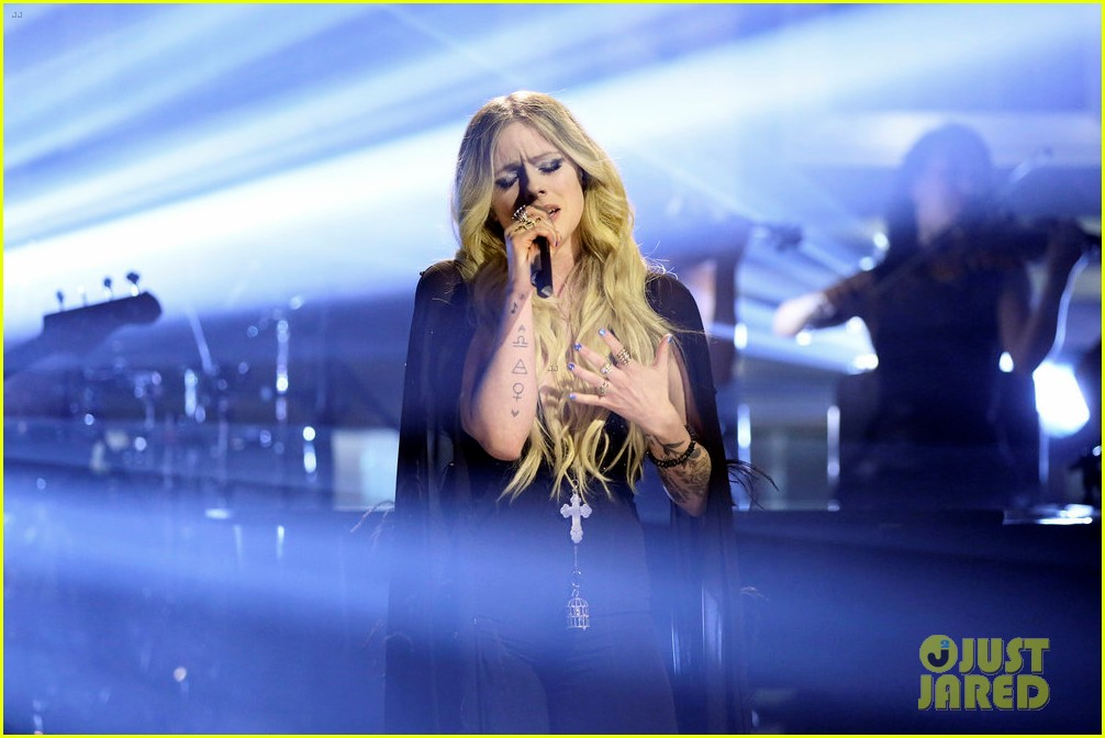 avril lavigne perfroms head above water for tonight show 03