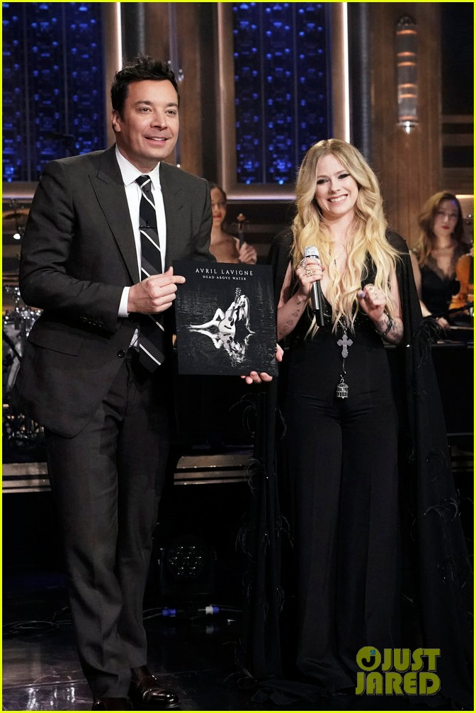 avril lavigne perfroms head above water for tonight show 04