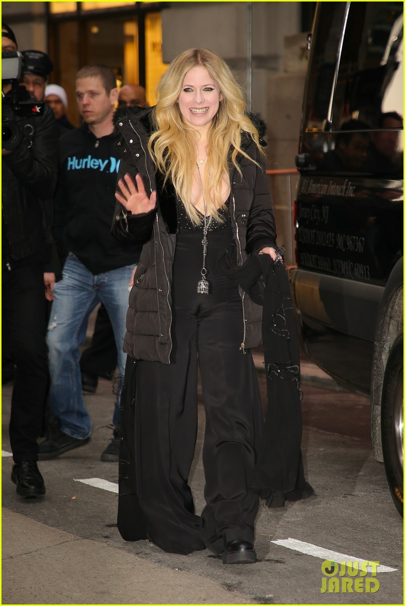 avril lavigne perfroms head above water for tonight show 05