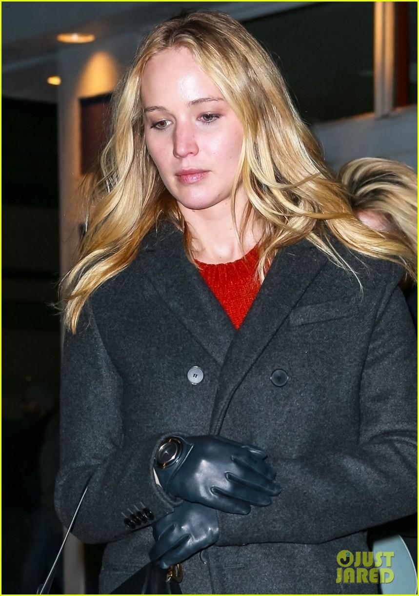 jennifer lawrence covers up engagement ring while out in nyc 044225505