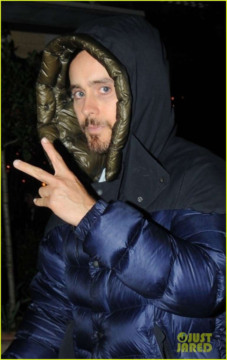 jared leto tosses up the peace sign while out london 024249110