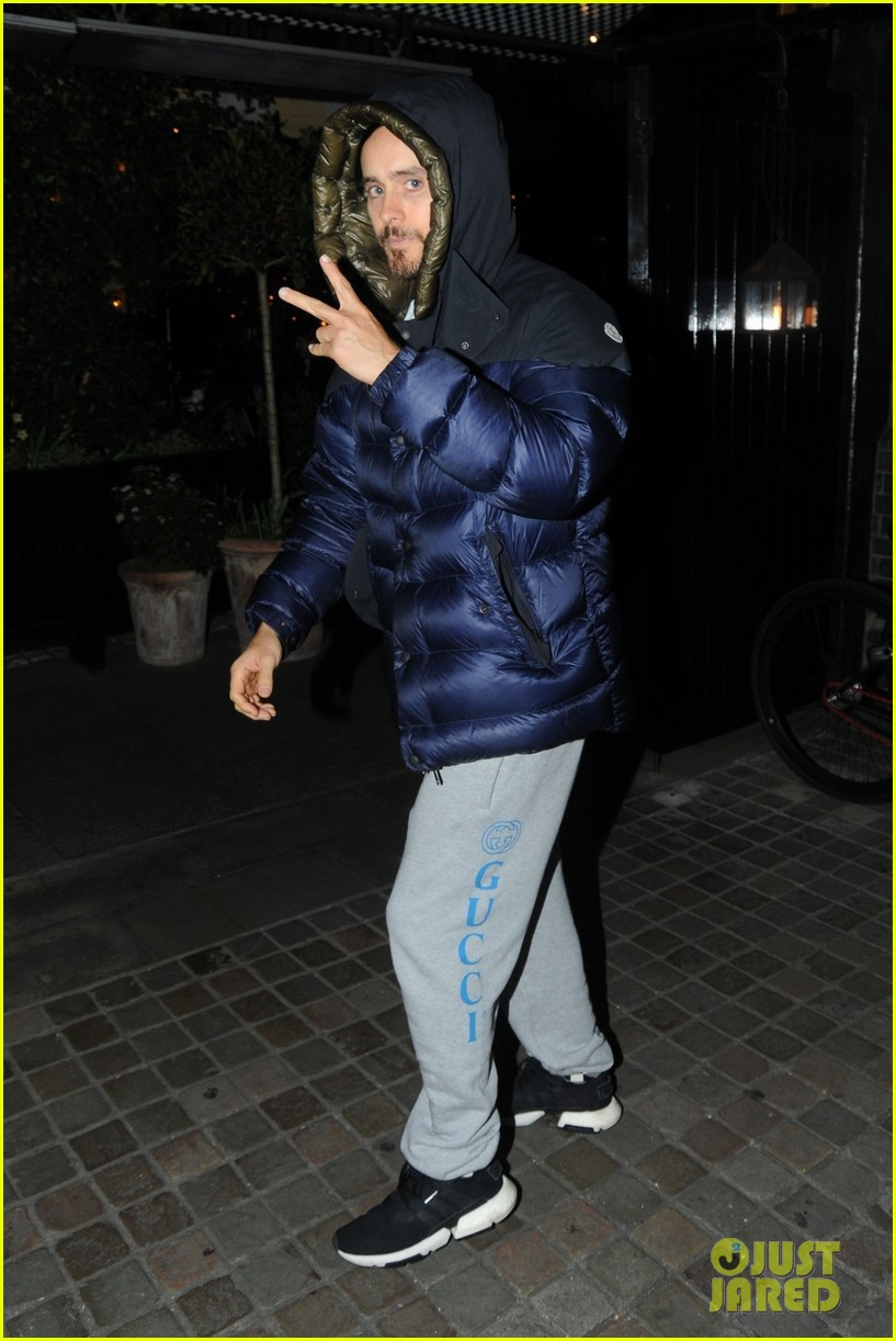 jared leto tosses up the peace sign while out london 034249111
