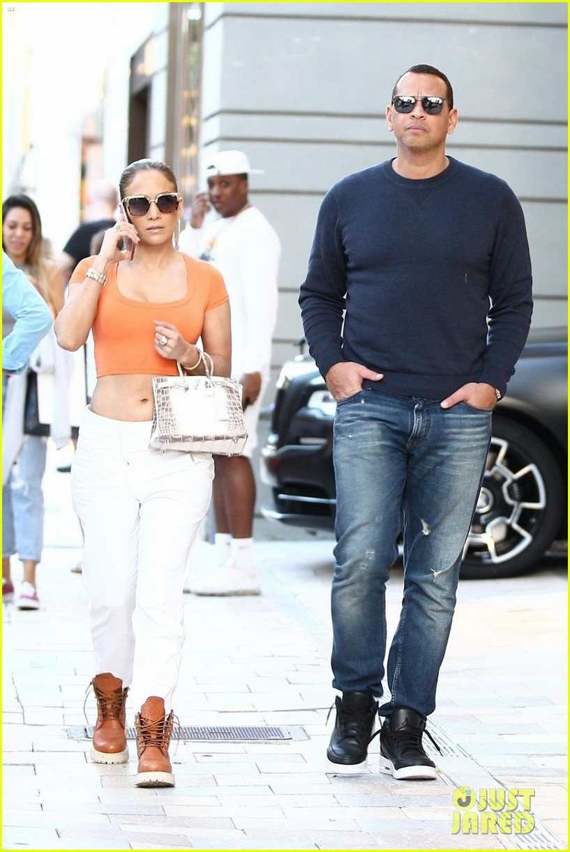 jennifer lopez flaunts her abs while shopping with alex rodriguez 01