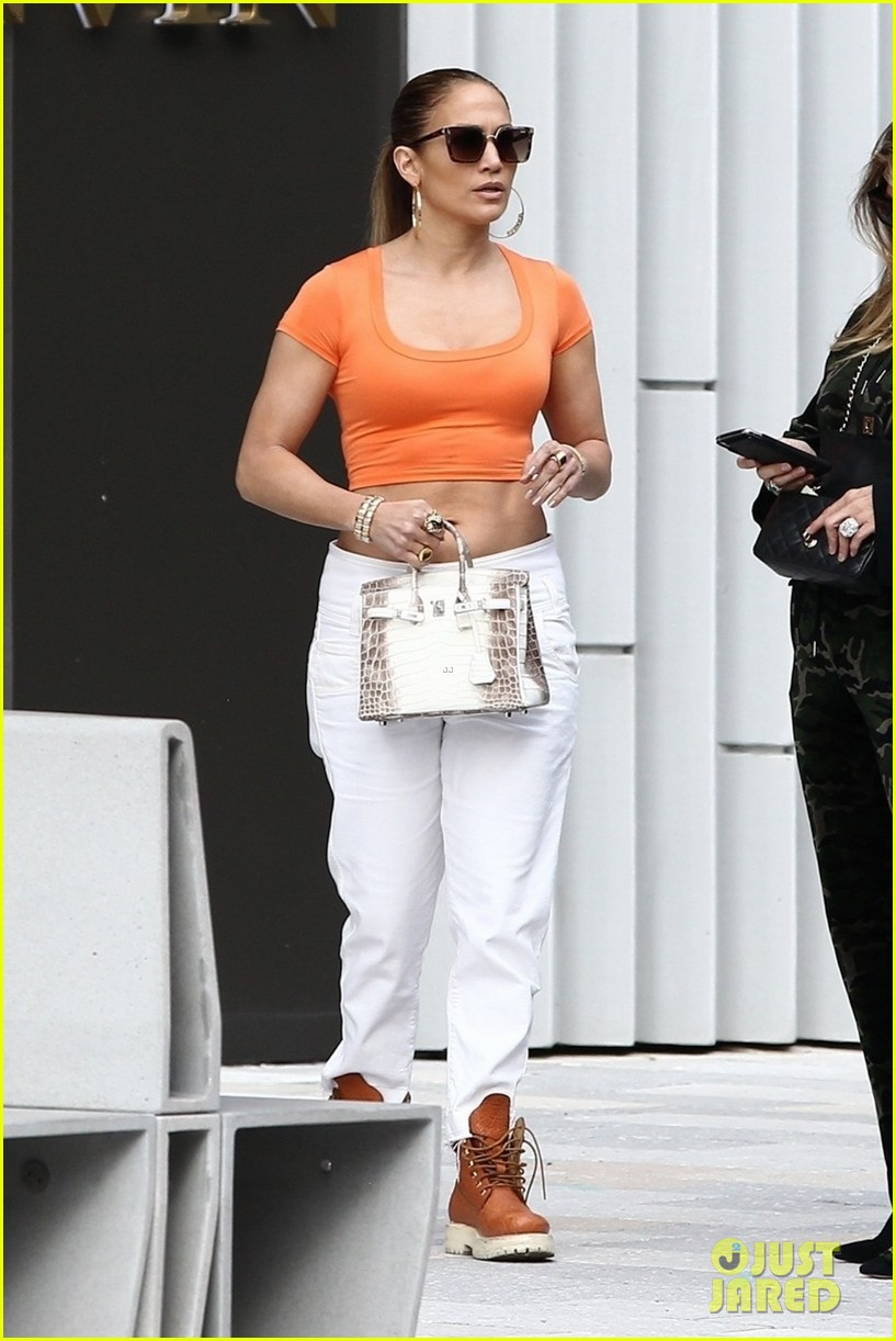 jennifer lopez flaunts her abs while shopping with alex rodriguez 03