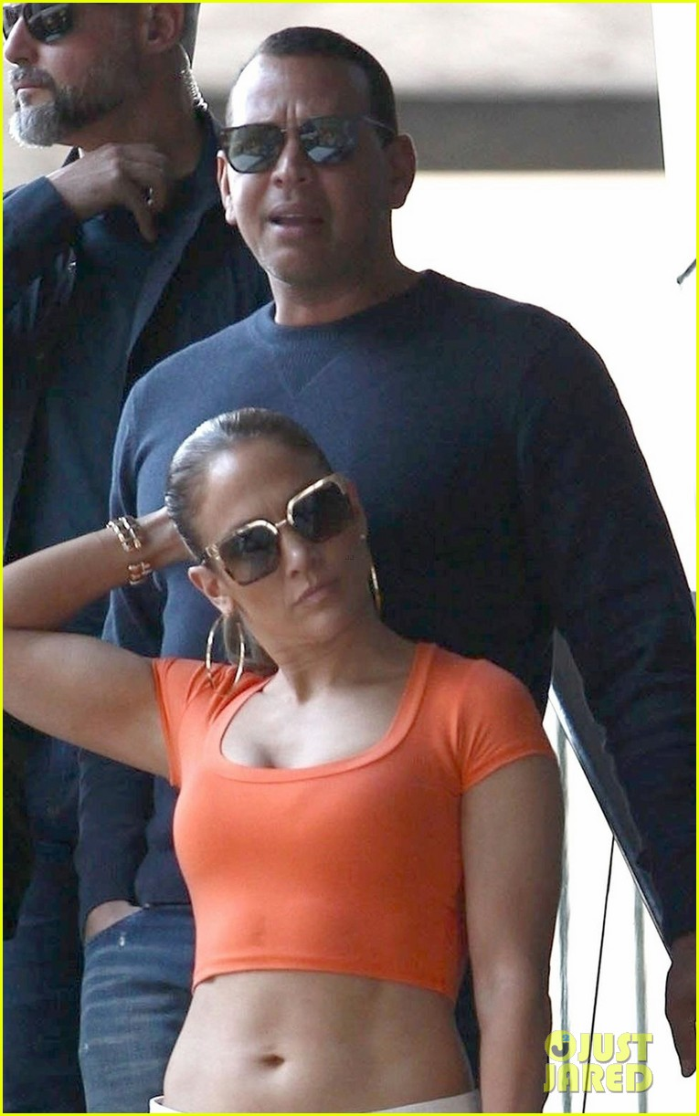 jennifer lopez flaunts her abs while shopping with alex rodriguez 04