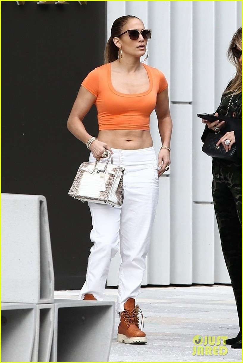 jennifer lopez flaunts her abs while shopping with alex rodriguez 06