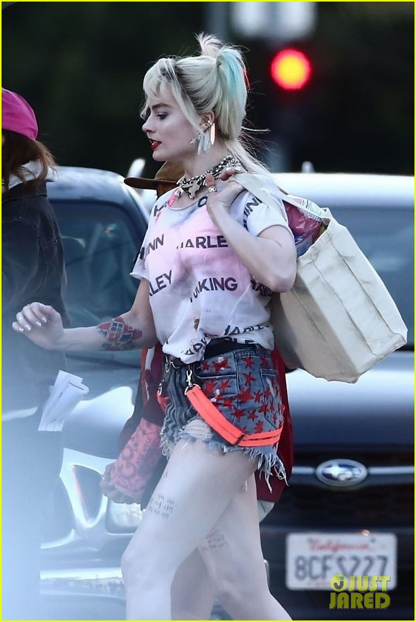 Margot Robbie Picks Up Dog Food As Harley Quinn On The Set Of Birds Of Prey Photo 4242259 Birds Of Prey Margot Robbie Mary Elizabeth Winstead Pictures Just Jared