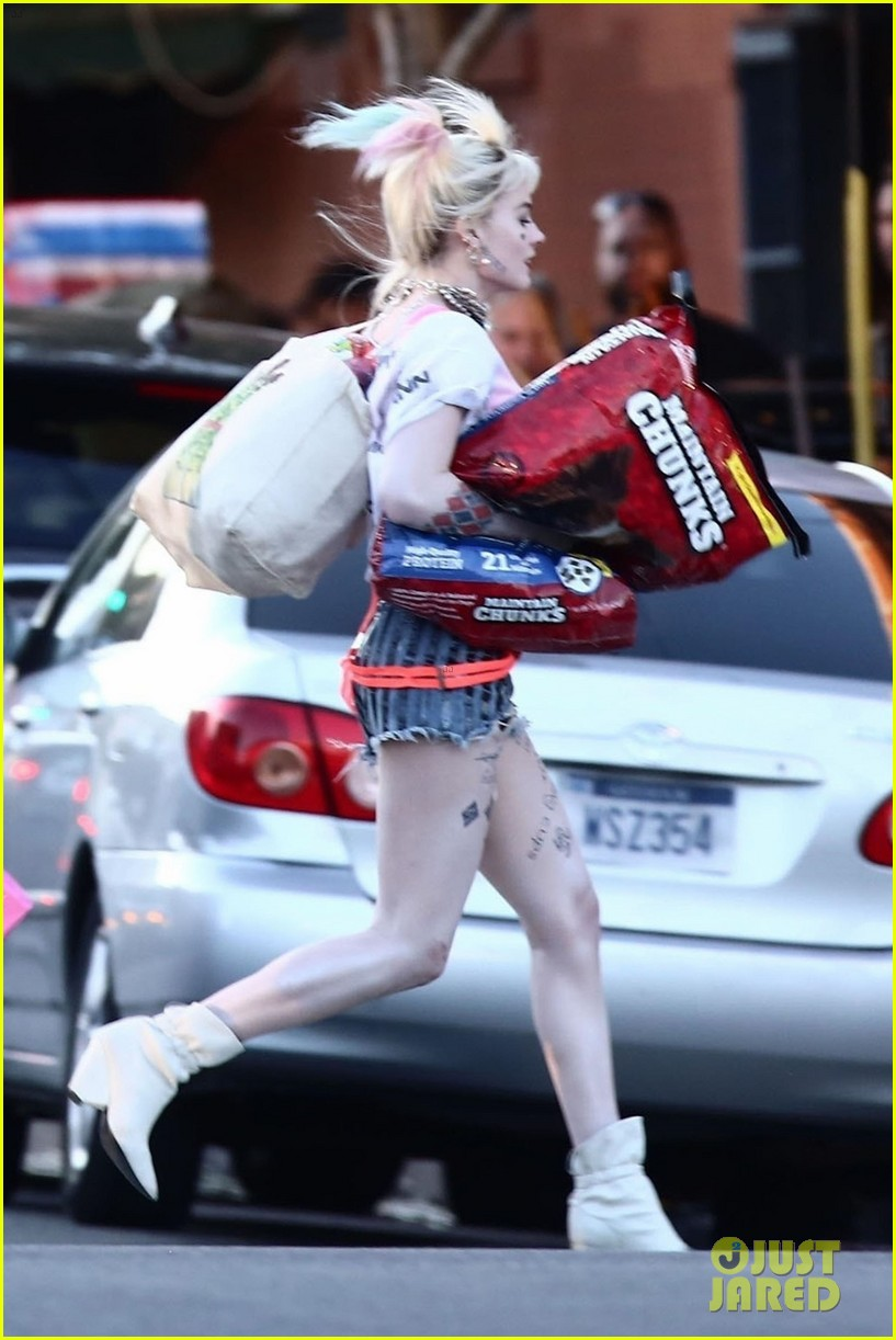 Margot Robbie Picks Up Dog Food As Harley Quinn On The Set Of Birds Of Prey Photo 4242272 Birds Of Prey Margot Robbie Mary Elizabeth Winstead Pictures Just Jared