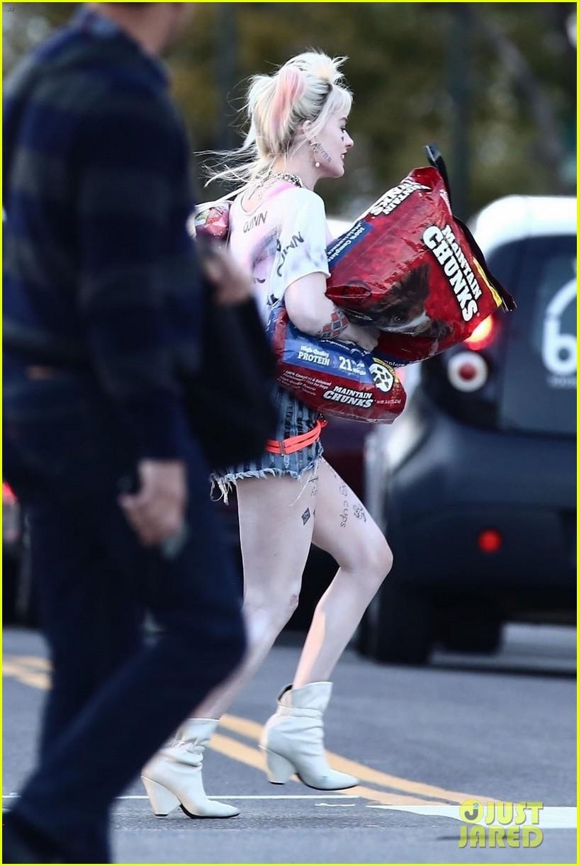 Margot Robbie Picks Up Dog Food As Harley Quinn On The Set Of Birds Of Prey Photo 4242280 Birds Of Prey Margot Robbie Mary Elizabeth Winstead Pictures Just Jared