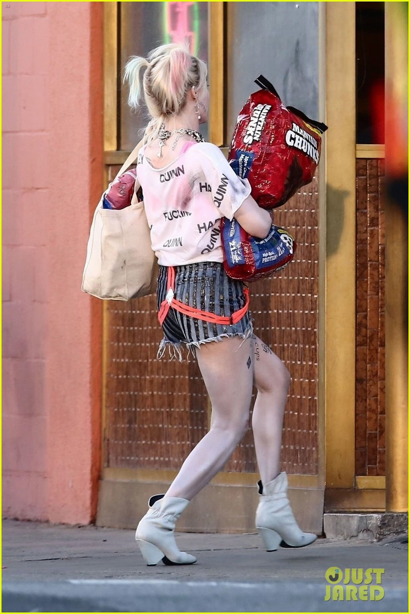 Margot Robbie Picks Up Dog Food As Harley Quinn On The Set Of Birds Of Prey Photo 4242295 Birds Of Prey Margot Robbie Mary Elizabeth Winstead Pictures Just Jared