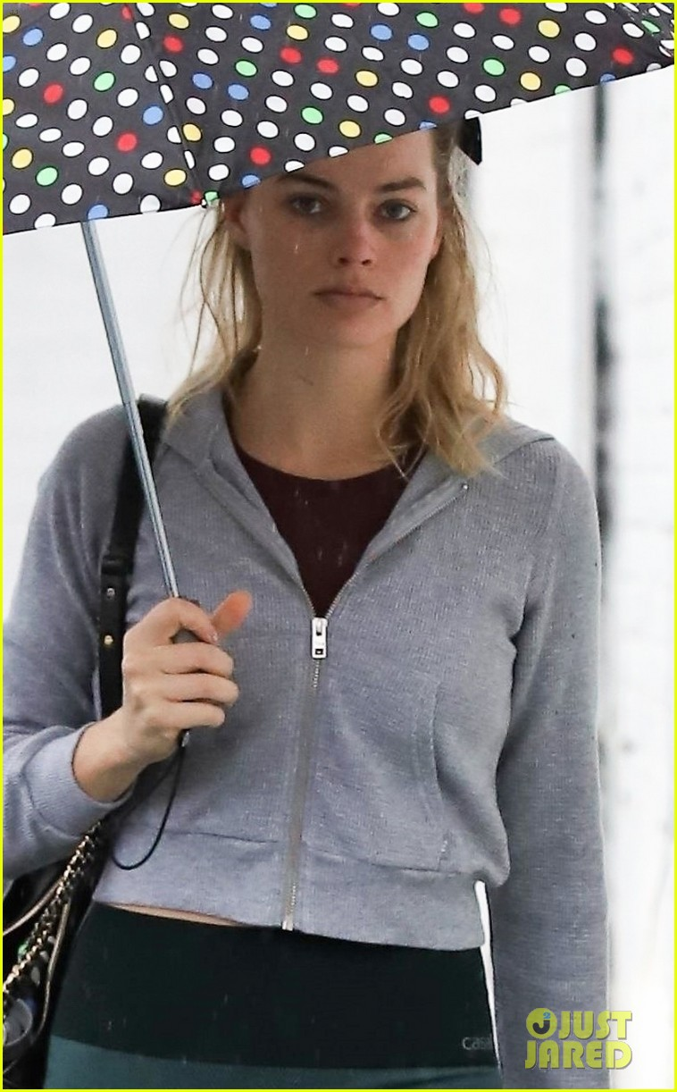 margot robbie braves the rain for her afternoon workout 02