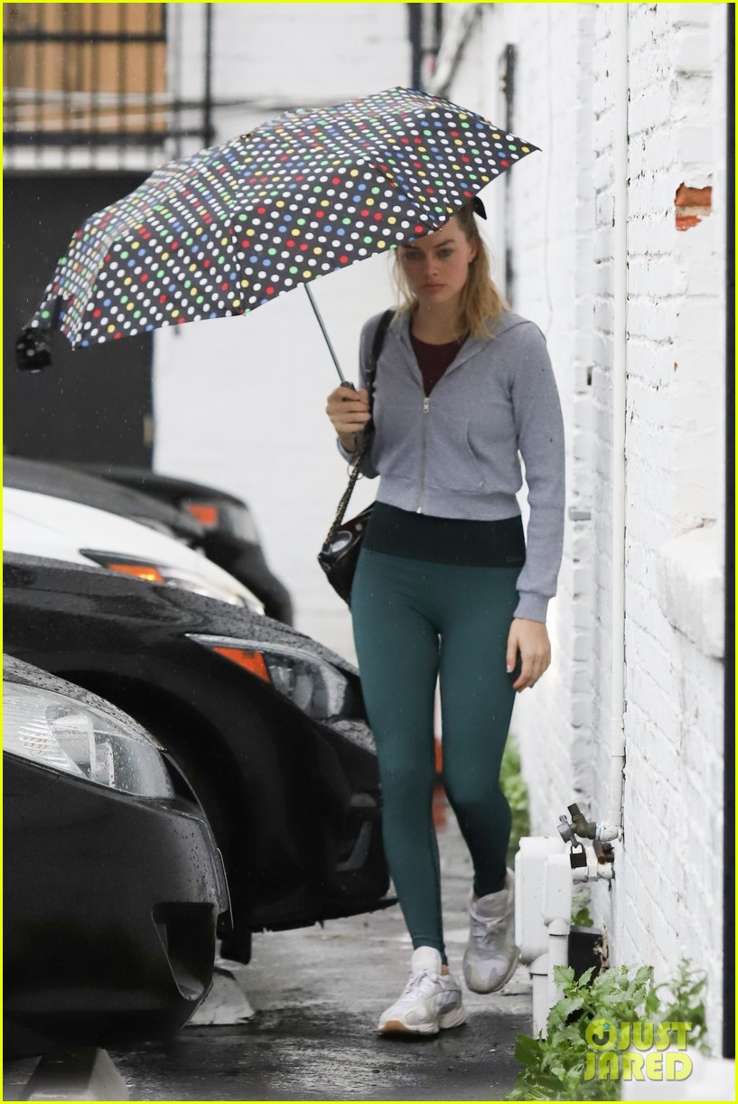 margot robbie braves the rain for her afternoon workout 03