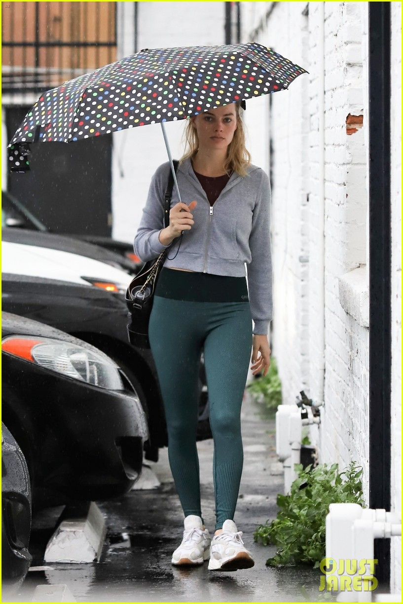 margot robbie braves the rain for her afternoon workout 05