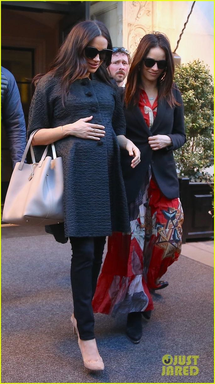 Meghan Markle terlihat makan siang dengan Abigail Spencer saat di New York (dok. Just Jared)