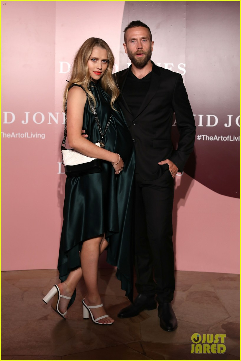 pregnant teresa palmer hubby mark webber couple up at david jones 104224539