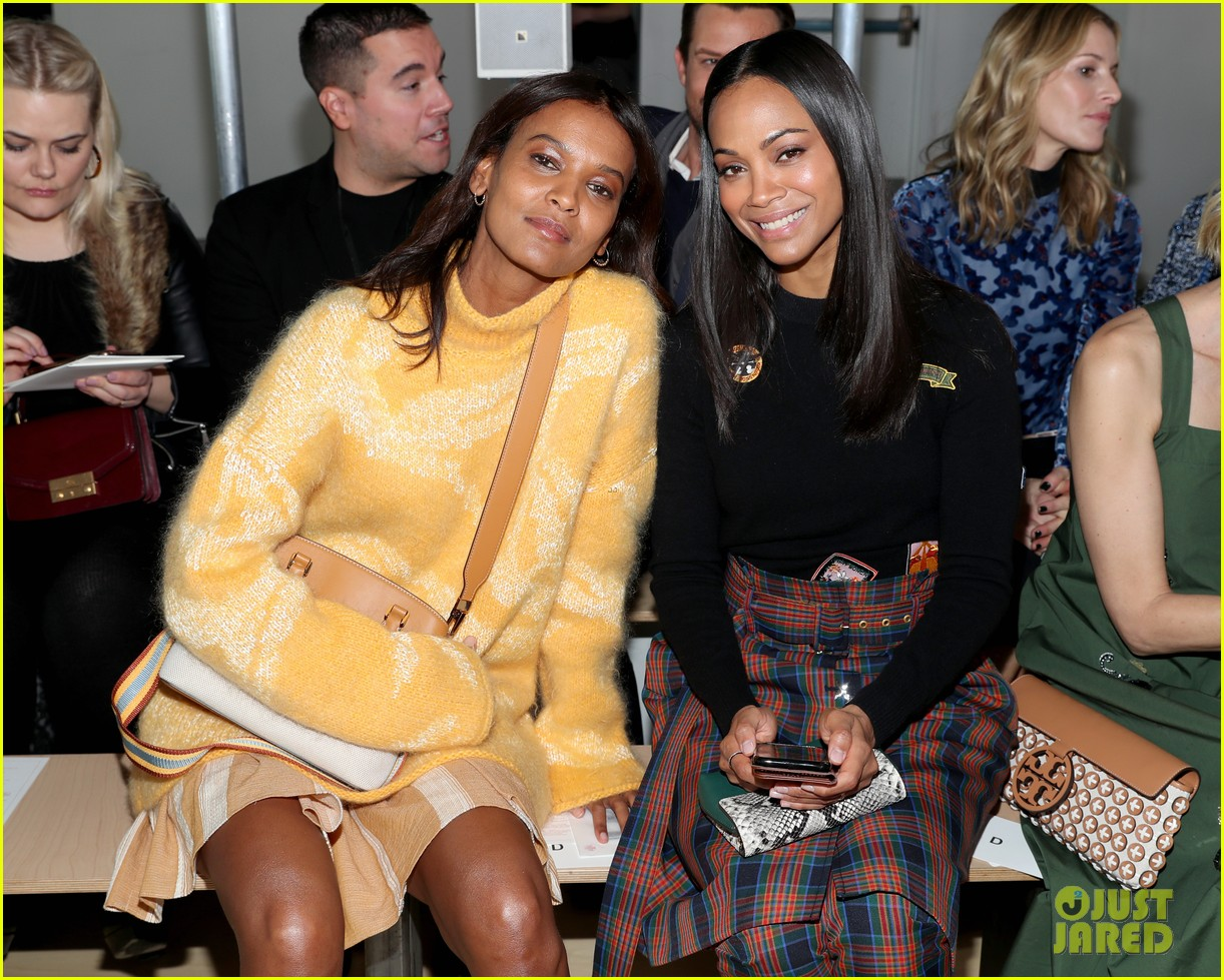 zoe saldana naomi watts mindy kaling buddy up at tory burch nyfw 2019 024237436
