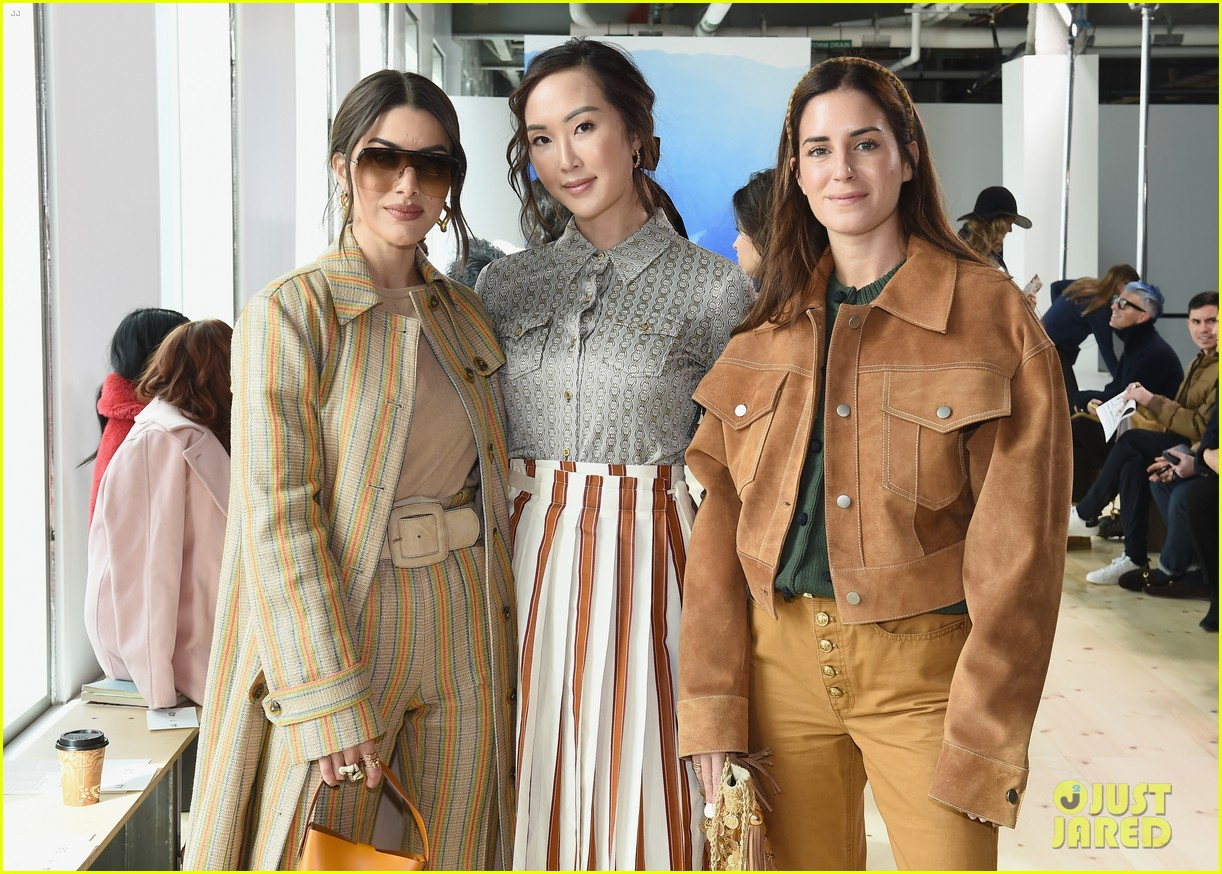 zoe saldana naomi watts mindy kaling buddy up at tory burch nyfw 2019 114237445