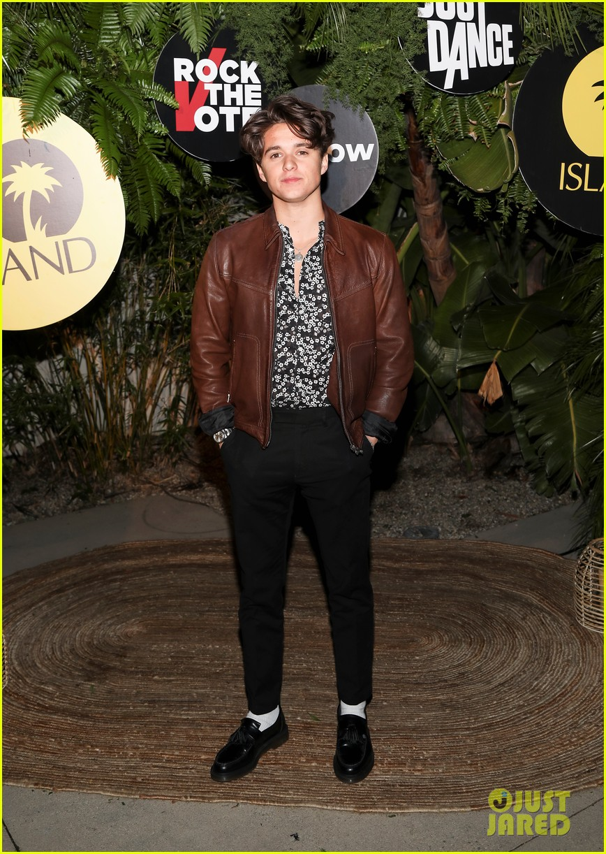 shawn mendes rocks maroon suit for island records pre grammys event 044235429