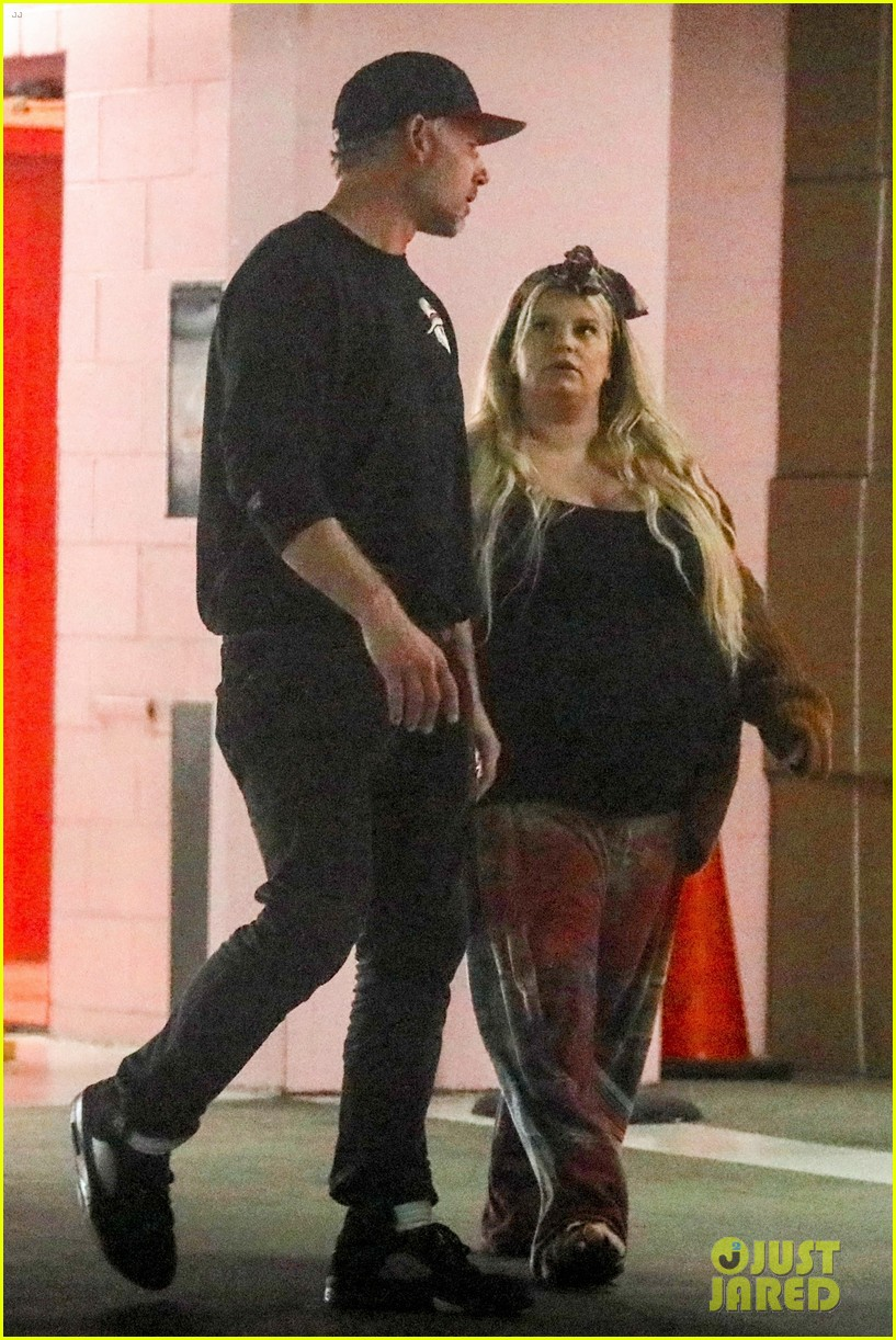 Pregnant Jessica Simpson Looks Ready To Give Birth Any Day