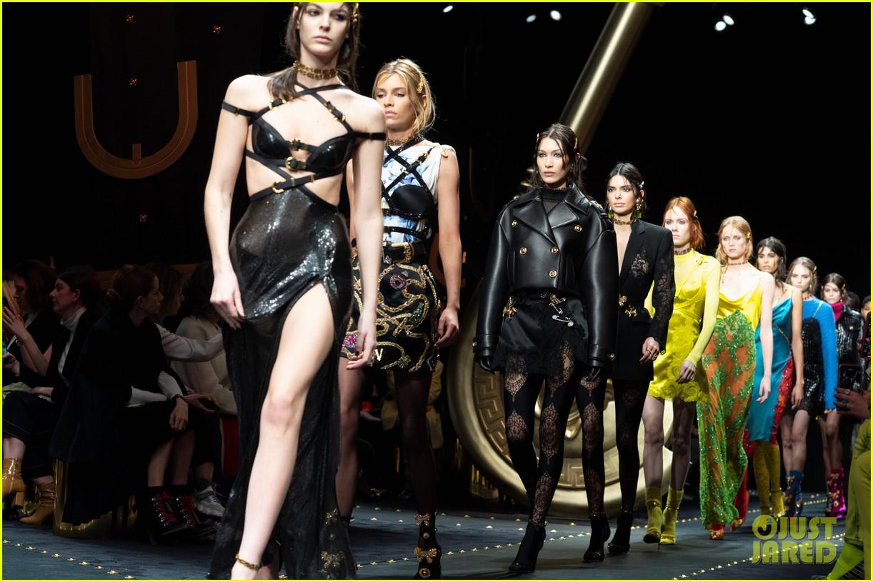 versace fashion show milan 034243261